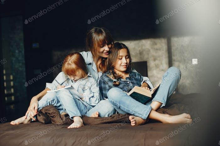 Mutter mit Töchter zu Hause