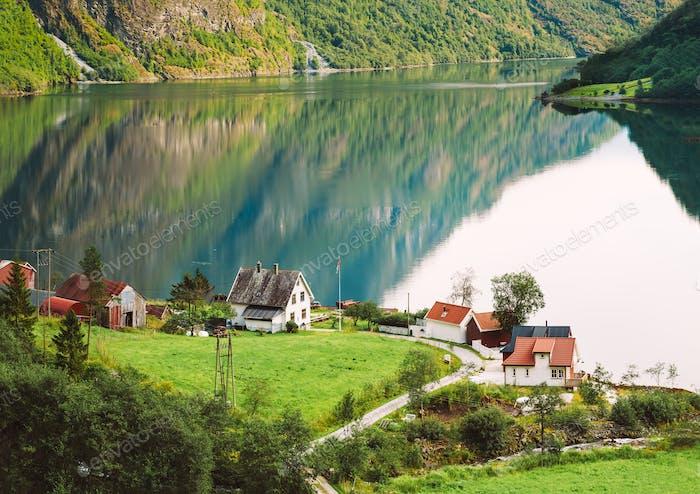 Blick auf skandinavische Häuser In Norwegischen Dorf Am Ufer der