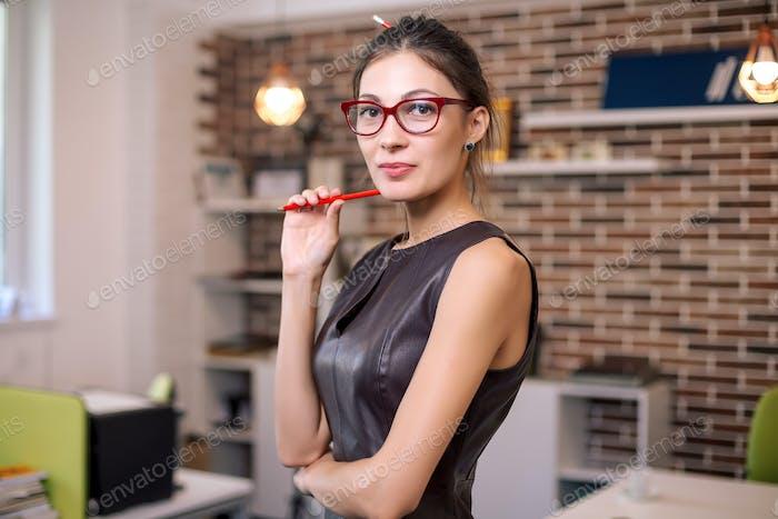 Портрет успешной бизнес-женщины с газами