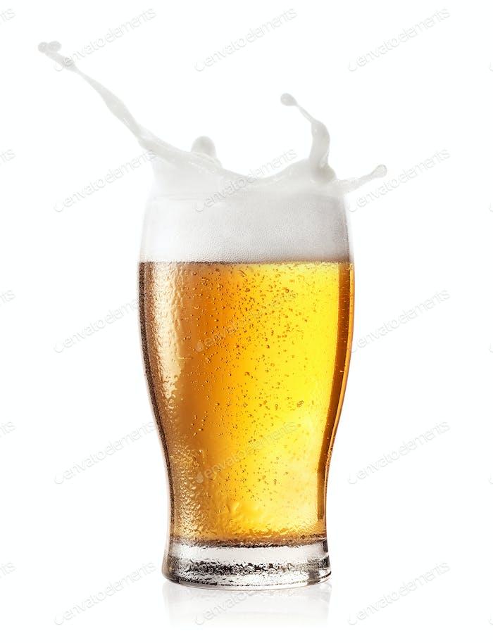 Spritzen Sie in ein Glas Bier