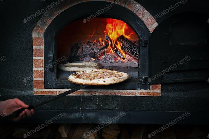 Rustikale Pizza Margarita mit Mozzarella, Käse und Basilikumblättern