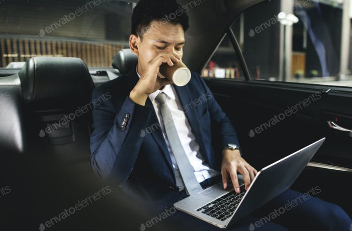Geschäftsleute trinken etwas Getränk