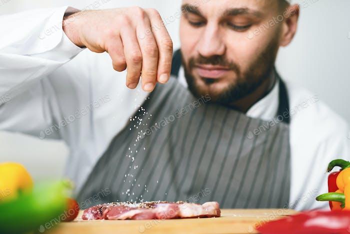 Cook Guy Gewürz Frisches Fleisch Steak Arbeiten In Küche