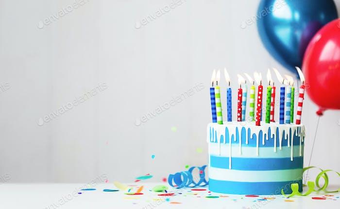 Bunte Geburtstagstorte mit Kerzen und Luftballons