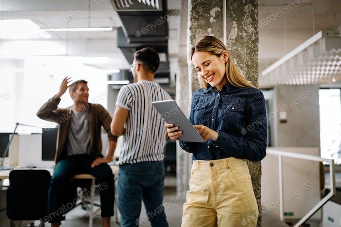 Geschäftsleute Brainstorming und Chatten am Arbeitsplatz Büro
