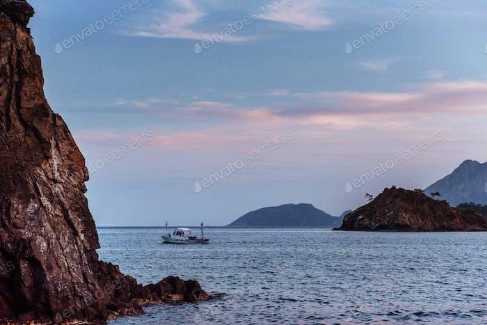 Лодка в море. Мир красоты.