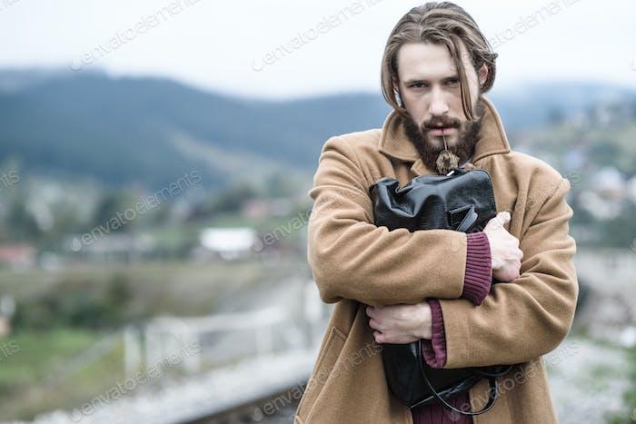 человек в коричневом пальто