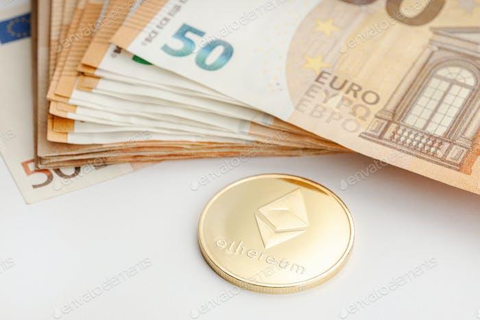 Moneda Ethereum y billetes en euros