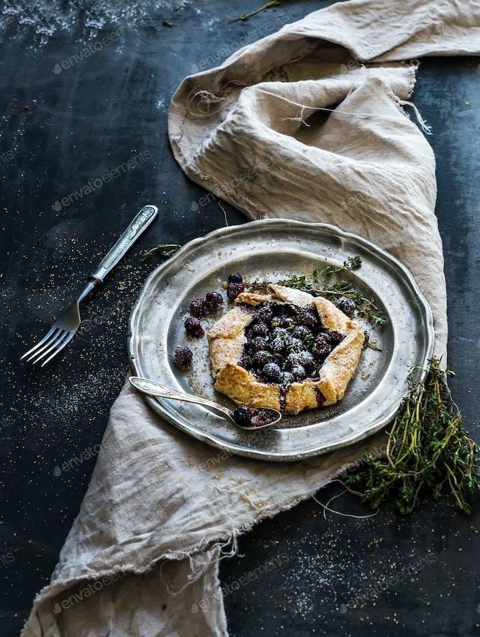 Hausgemachte knusprige Kuchen oder Galette mit Blaubeeren