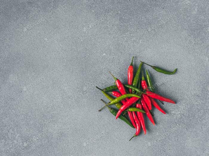 Haufen Paprika auf grauem Schiefer