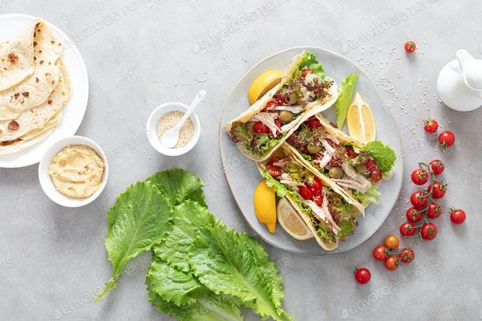 Tacos mit Hühnerfleisch, Salat und Gemüse