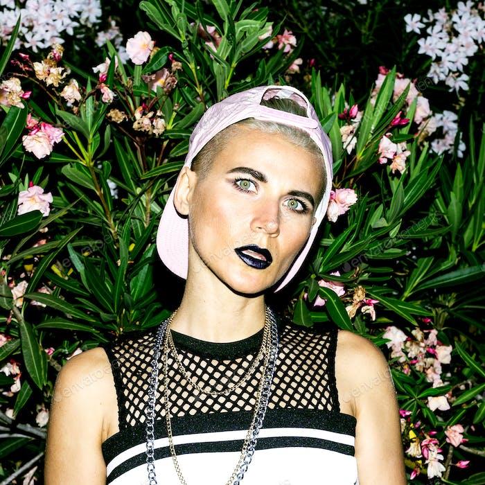 Mädchen Tomboy in modischen Kleidung Urban Stil Cap und Accessori