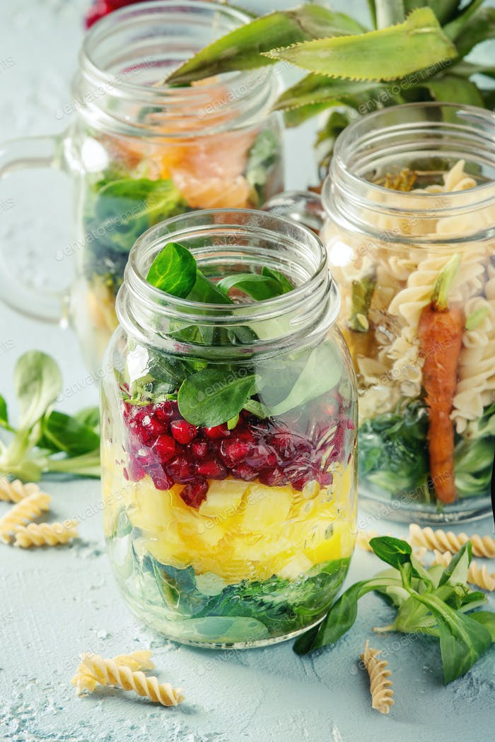 Salate in Mauergläsern