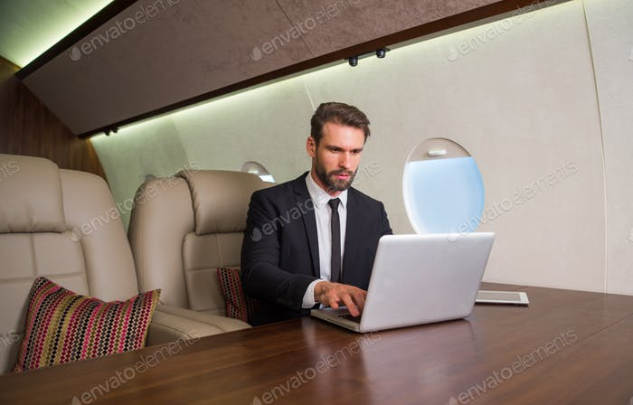 Geschäftsmann im Privatjet