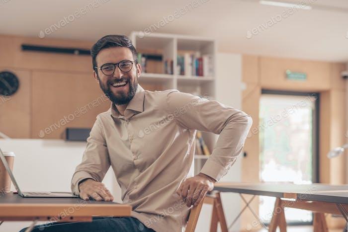 Lächelnder Mann im Coworking