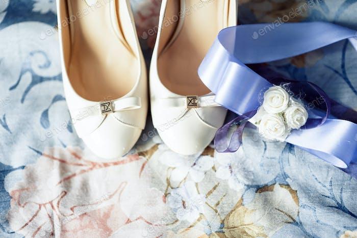 Hochzeitsschuhe mit einer Schleife