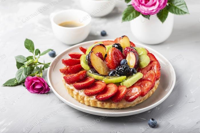 Torte mit Erdbeeren, Kiwi, Pflaumen und Sahne