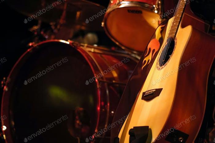 Schlagzeug und Gitarre