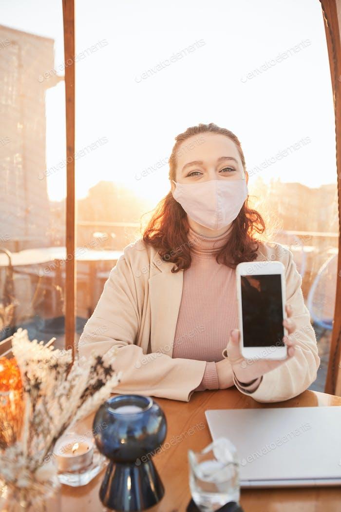Blogger con teléfono móvil