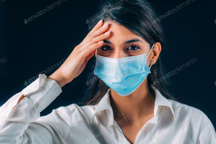 Schlechte Praktiken gegen Corona-Virusinfektion. schön junge Frau Berühren Ihr Gesicht