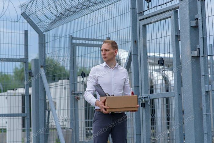 Ein aus dem Gefängnis entlassenen Geschäftsmann denkt darüber nach, was als nächstes zu tun ist.