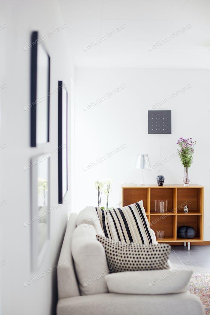 Cojines en el sofá en la sala de estar