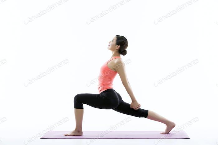 Junge asiatische Frau Üben Yoga auf der Matte - isoliert auf Weiß