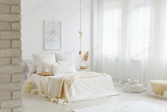 Cama con ropa de cama blanca