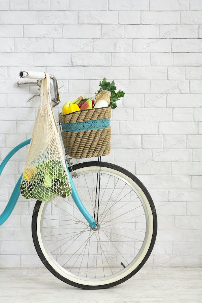 Retro Fahrrad mit Netz Einkaufstasche voll von frischem Gemüse