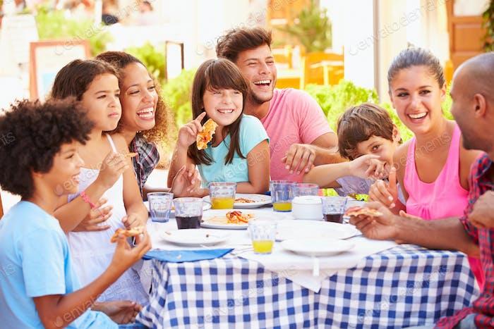 Zwei Familien Essen im Freien Restaurant zusammen