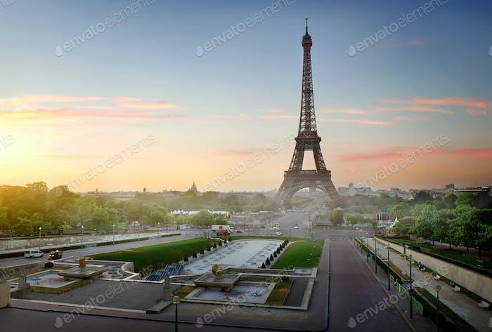 Eiffelturm bei Morgendämmerung