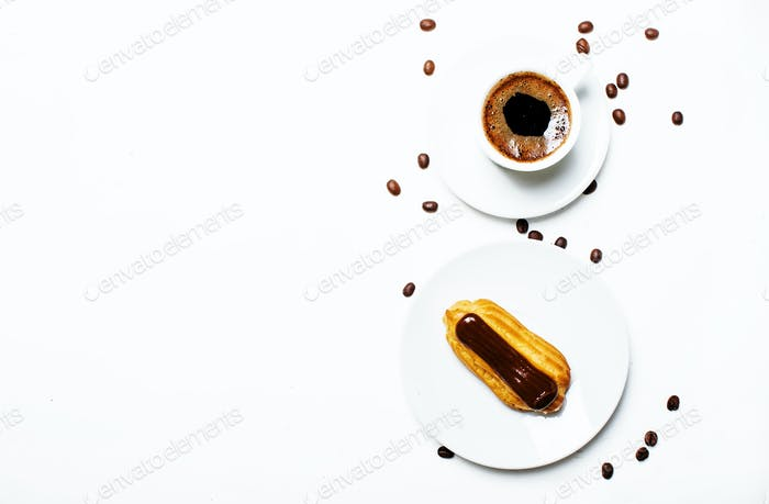 Morgenkaffee mit Eclair Kuchen
