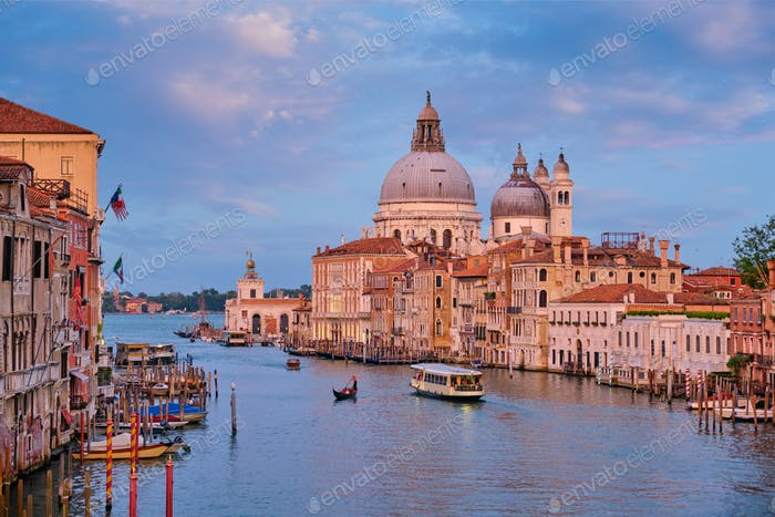 Blick auf Venedig Canal Grande und Santa Maria della Salute Kirche bei Sonnenuntergang