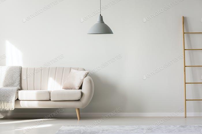 Flache Innenausstattung mit beigem Sofa