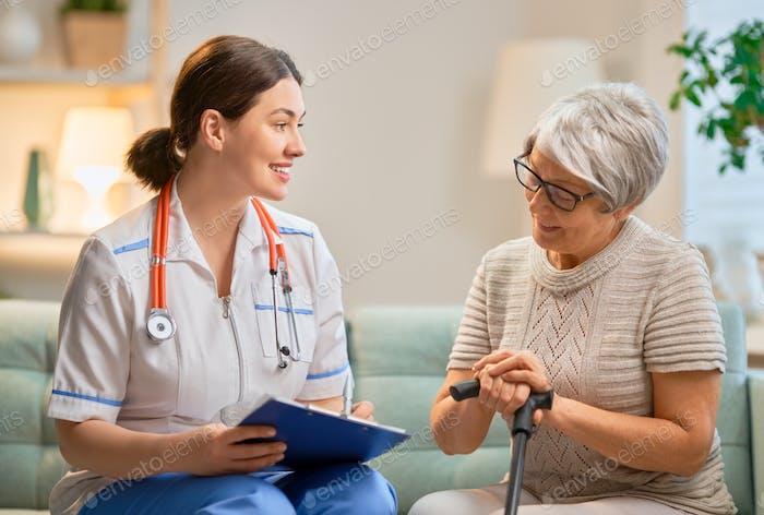 Glückliche Patientin und Betreuer