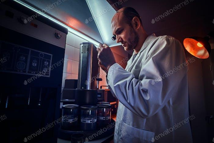 Der abgelaufene Uhrmacher arbeitet mit Autoklaven in seinem eigenen Studio