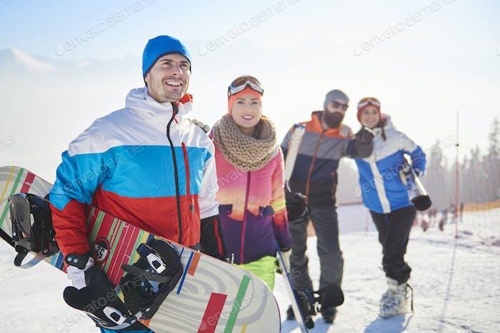 Snowboardteam auf der Skipiste