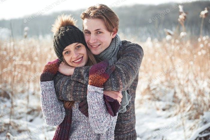 Glückliches Paar verspielt zusammen während der Winterferien Urlaub draußen im Snowpark