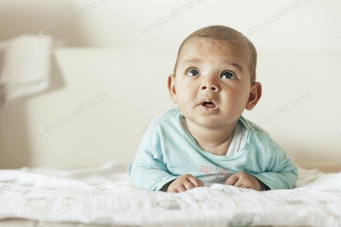 lindo bebé chica acostado en el cuna