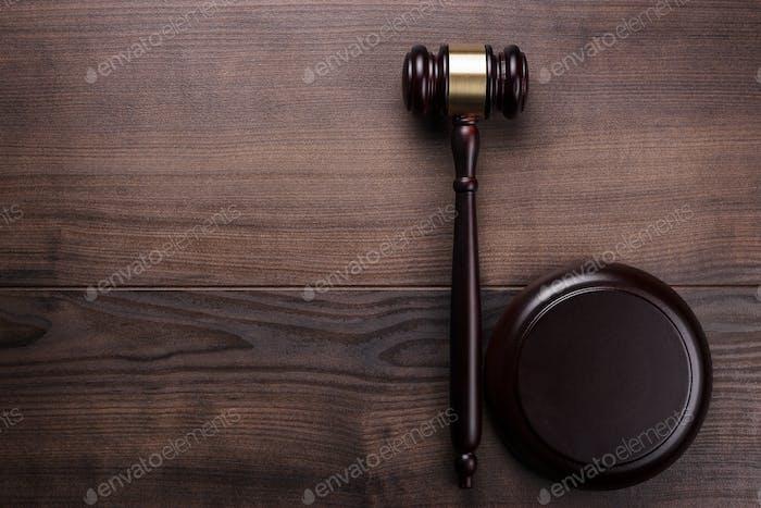 Judge Gavel auf braunem Holzhintergrund