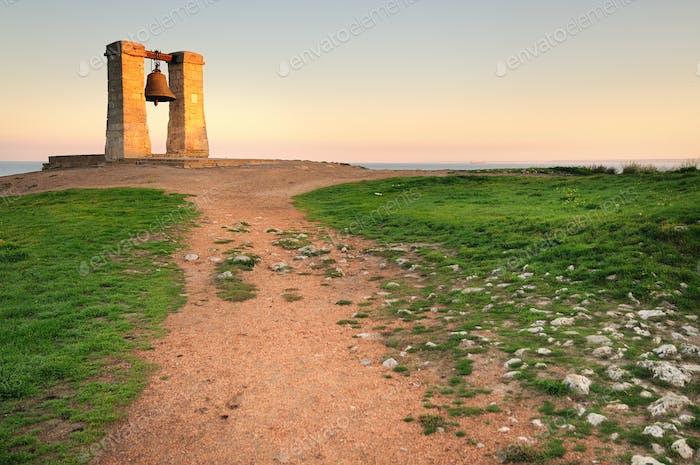 Chersonese große alte Glocke am Meer auf einem Feld mit Gras