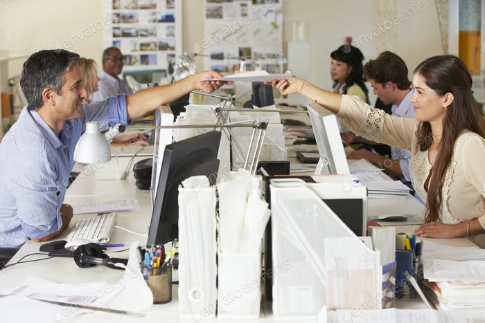 Trabajo en Equipo en escritorios en oficina ocupada