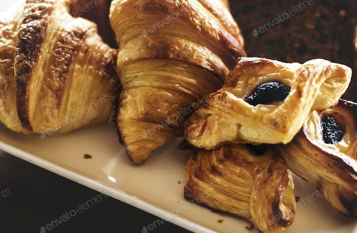 Pasteles caseros en un desayuno de hotel