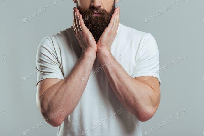 Молодой бородатый мужчина
