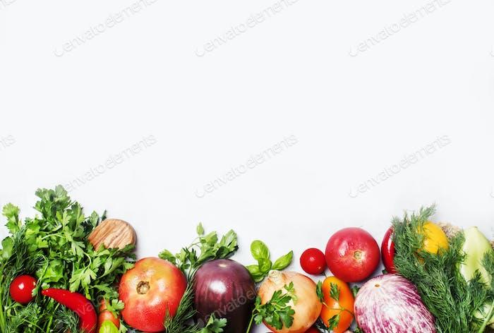 Food-Hintergrund, vegetarisches Konzept, frisches Gemüse und Kräuter