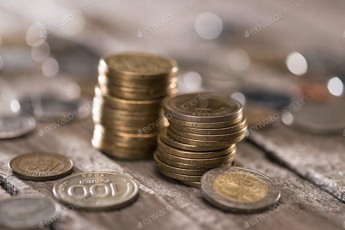 Stapel von Münzen auf hölzernen Tischplatte, Münzen gestapelt Konzept