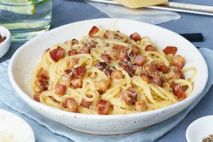 Carbonara Pasta. Spaghetti mit Pancetta