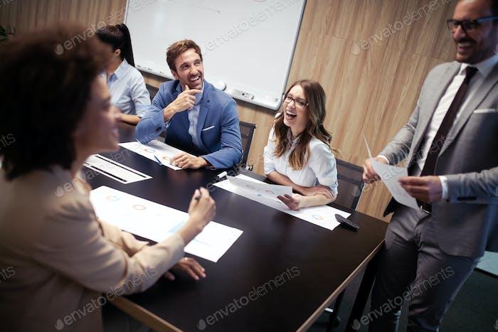 Geschäftskollegen in Konferenzraum Präsentation