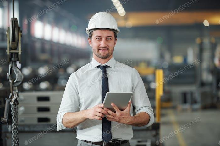 Zuversichtlicher technischer Ingenieur in der Industrie