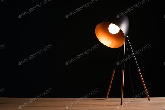 Schreibtischlampe auf leerem Bürotisch aus Holz